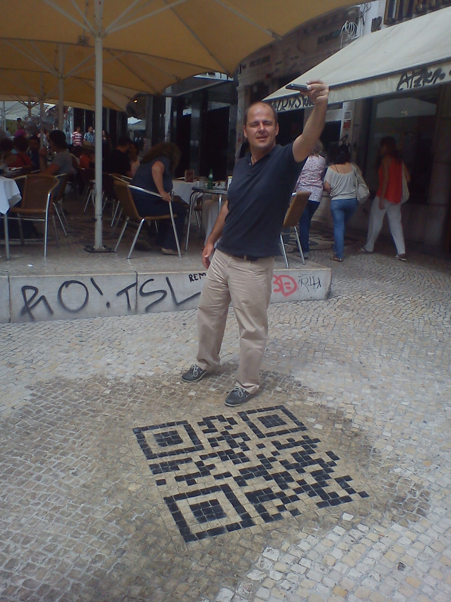 The first QRcode in the world to be printed out on the ground Portuguese pavement